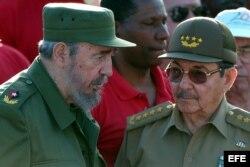 Fidel y Raúl Castroun duo de dictadores que ha sobrevivido a 12 mandatarios estadounidensdes.