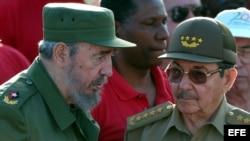Fidel Castro junto a su hermano, el entonces Ministro de las Fuerzas Armadas Raúl Castro, en enero de 2004. (Archivo)