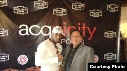 Edemio Navas junto al boxeador cubano Yunieski González