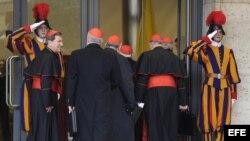 Los cardenales llegan a la congregación preparatoria del cónclave que elegirá al sucesor de Benedicto XVI, en el Aula Nueva del Sínodo, en el Vaticano, hoy, miércoles 6 de marzo de 2013.