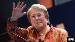 SANTIAGO (CHILE), 13/04/2013.- La expresidenta de Chile, Michelle Bachelet, habla hoy, sábado 13 de abril de 2013, durante un acto masivo en el que fue proclamada como representante de los partidos Socialista (PS) y Por la Democracia (PPD) a las primarias de Chile