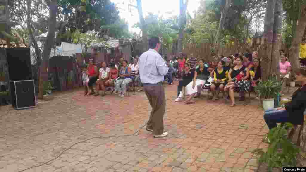 """Mario Jorge """"Mayim"""" Travieso, pastor del ministerio Apostólico """"Viento recio"""", Las Tunas, Cuba oficiando frente a sus feligreses."""