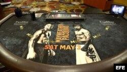 """Vista de un anuncio del combate que enfrentará al boxeador estadounidense Floyd Mayweather Jr. contra el filipino Manny Pacquiao, en una mesa de """"blackjack"""" del Casino MGM Grand de Las Vegas, Nevada."""