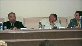 Kirby Jones (c) con Fidel Castro en La Habana, febrero 2003.