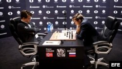 Magnus Carlsen (i), compite contra el ruso Serguéi Kariakin (d), en el Fulton Market de Manhattan, Nueva York (EEUU).