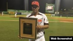 El lanzador cubano Raúl Valdés, premiado por su buena actuación en el béisbol profesional dominicano.