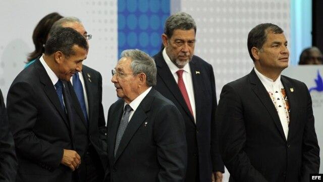 Ollanta Humala conversa con Raúl Castro en la Cumbre de Panamá. EFE