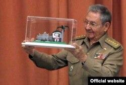 Raúl Castro con el Premio del Barrio.