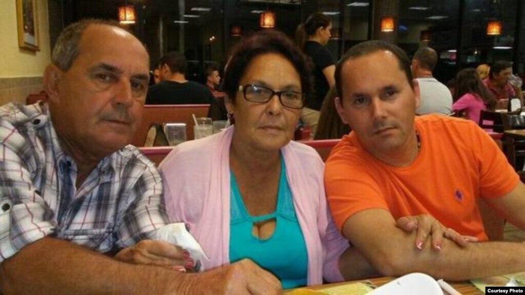 Aquilino Caraballo (i) y Georgina Hernandez (c) con su hijo Jorge Caraballo (d)
