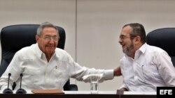 "El líder de las FARC, Rodrigo Londoño Echeverri, alias ""Timochenko"" habla con Raúl Castro (i), en La Habana (Cuba)."