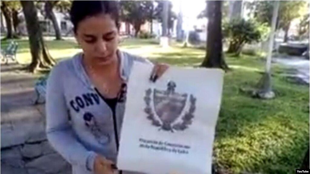 Arianna López Roque le prende fuego al proyecto de Constitución en un céntrico parque de Placetas.