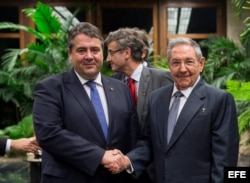 El vicecanciller alemán Sigmar Gabriel y el gobernante cubano Raúl Castro. EFE
