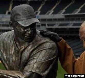 """Orestes """"Minnie"""" Miñoso junto a su estatua en el U.S. Cellular Field de Chicago."""