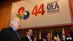 El Secretario General de la OEA, José Miguel Insulza (i), en reuniones preparativas de la 44 Asamblea General.