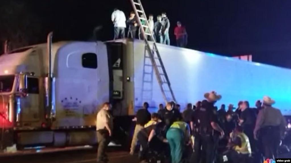 Inmigrantes indocumentados que eran conducidos por dos coyotes cubanos escaparon por el techo del remolque de una rastra cerca de Raymondville, Texas.