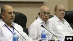 José Ramón Machado Ventura (c), ministro de Salud Pública; Roberto Morales (i), y Rodrigo Marmierca, ministro de Comercio Exterior e Inversión Extranjera (d).