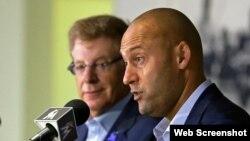 Derek Jeter (d), nuevo director ejecutivo de los Miami Marlins, afirma en rueda de prensa que están reconstruyendo la franquicia.