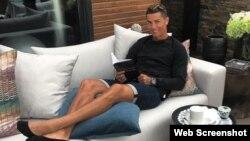 Cristiano Ronaldo toma té y lee un libro en la tranquilidad de su residencia.