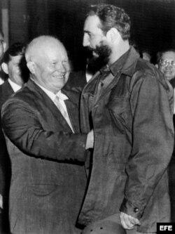 El primer ministro cubano Fidel Castro es saludado por el líder soviético Nikita Kruschev durante la XV Asamblea General de las Naciones Unidas.