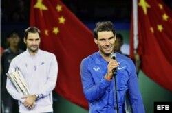 El tenista español Rafael Nadal (d) pronuncia unas palabras tras perder ante el suizo Roger Federer en la final del Masters de Shanghai.