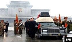 Archivo: Kim Jong-un (c-frente), su tio Jang Song-thaek (atrás c), el jefe del Estado Mayor del Ejército de Corea del Norte, vicemariscal Ri Yong-Ho, (d) mientras acompañan el cortejo fúnebre con el cuerpo del fallecido Kim Jong-il en Pyongyang (Corea del