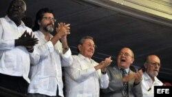 Burócratas de alto nivel. Junto a Castro, Esteban Lazo (i); Abel Prieto (2 i), Miguel Barnet (d) y Roberto Fernández Retamar (d)