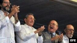 Junto a Castro el vicepresidente de la isla, Esteban Lazo (i); el ministro de Cultura, Abel Prieto (2 i) y el escritor y presidente de la UNEAC Miguel Barnet (d), y el poeta Roberto Fernández Retamar (d)