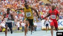 Usain Bolt (c) tras imponerse en la final del relevo 4x100 del Campeonato Mundial de Atletismo en Moscú, el 18 de agosto de 2013.