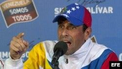 El líder de la oposición venezolana, Henrique Capriles, habla hoy, martes 16 de abril de 2013, ante medios de comunicación internacionales en su comando de campaña Simón Bolívar, en Caracas, donde acusó al presidente electo, el oficialista Nicolás Maduro,