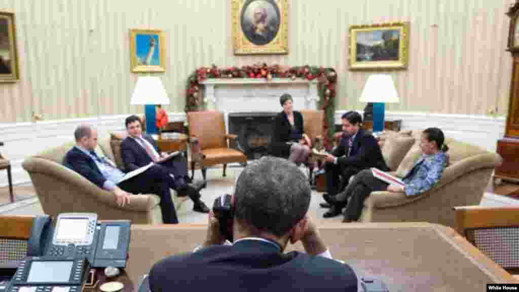 Barack Obama conversando con Raúl Castro