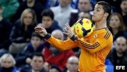 El delantero portugués del Real Madrid Cristiano Ronaldo para el balón con el pecho