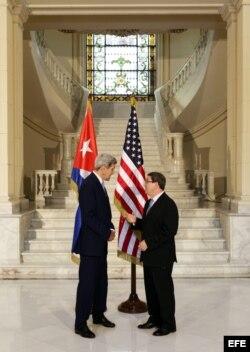 El secretario estadounidense de Estado John Kerry se reúne con el canciller cubano Bruno Rodríguez (i-d) hoy, viernes 14 de agosto de 2015, tras la ceremonia de izado de la bandera estadounidense en la embajada de ese país en La Habana, Cuba.