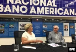 La representante de las Damas de Blanco en EEUU, Blanca Reyes, habla junto a Adolfo Fernández Saínz, de la Fundación Nacional Cubano Americana.