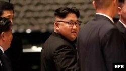 El líder norcoreano, Kim Jong-un (c), sale del hotel Marina Bay Sands durante su visita al centro de Singapur.