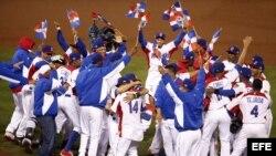 Jugadores dominicanos celebran su victoria en la final del Clásico Mundial de Béisbol contra Puerto Rico en el AT&T Park, en San Francisco, California (EE.UU.).