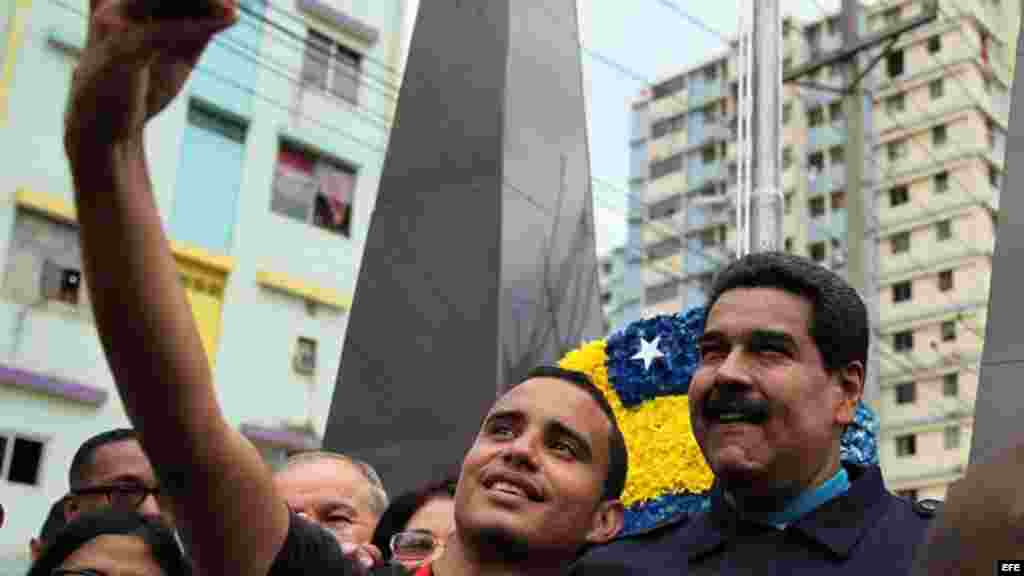 El presidente de Venezuela, Nicolás Maduro, posa para las fotos con habitantes del barrio El Chorrillo de Ciudad de Panamá.