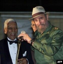 Fidel Castro con el sombrero de Compay Segundo en marzo de 2002 en La Habana.