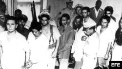 Santiago de Cuba, agosto 1953.- Fidel Castro (i) y otros revolucionarios cubanos son conducidos a juicio tras el fracasado asalto al cuartel de Moncada.