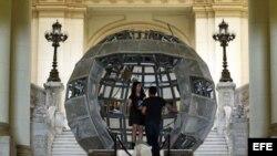 """Una pareja visita la exposición """"Ruido Salvaje"""", en el Museo de Bellas Artes de La Habana"""