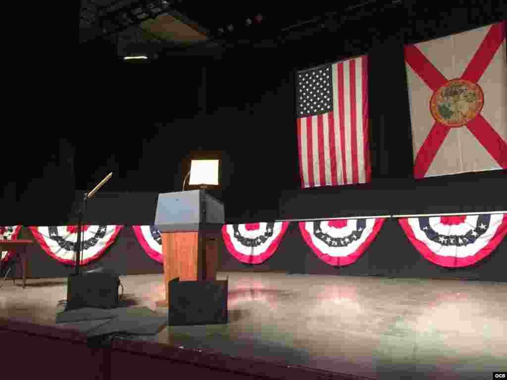 El teatro Manuel Artime de Miami a la espera del Presidente Donald Trump. Foto Alvaro Alba