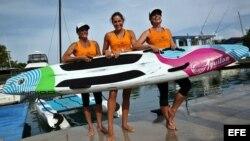 Las windsurfistas estadounidenses Aimee Spector (i), Cynthia Aguilar (c) y Karen Kim Figueroa (d) poco antes de emprender una travesía sobre tabla desde la capital cubana hasta Cayo Hueso.