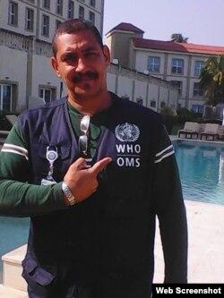 En la piscina: El enfermero Alberto Hernández viajó a Conakry para cooperar contra el ébola el 21 de octubre. Aún no ha empezado a trabajar (A. Hdez V.)
