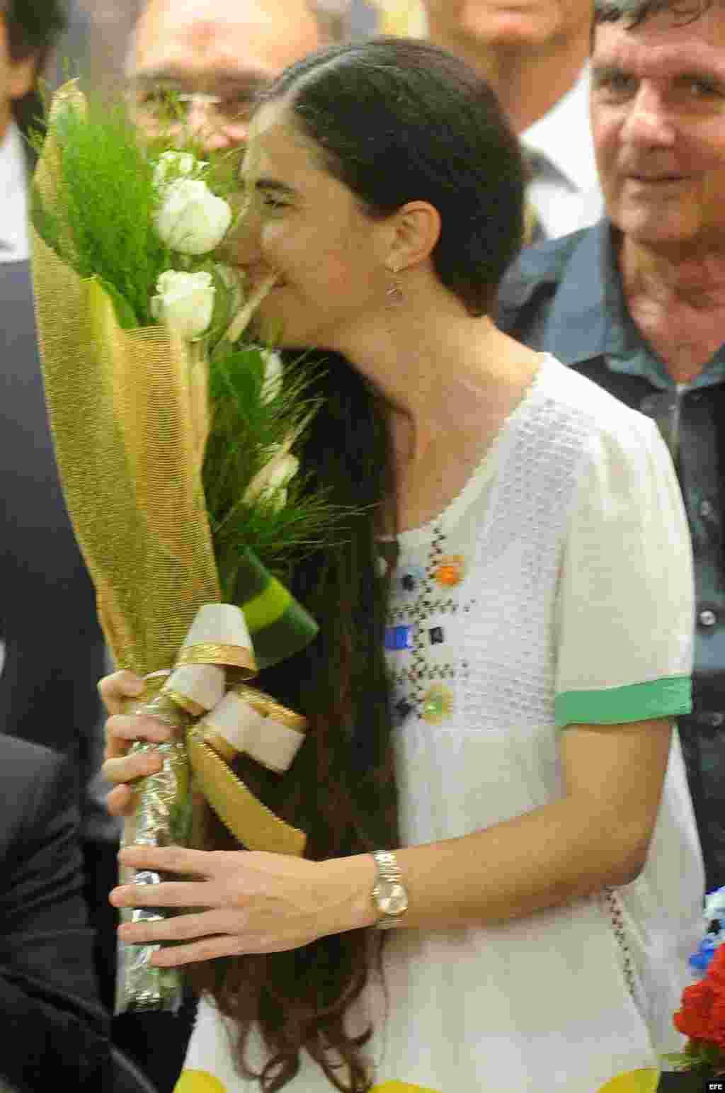 La disidente cubana Yoani Sánchez recibe un ramo de flores hoy, miércoles 20 de febrero de 2013, en la sede de la Cámara de Diputados, en Brasilia (Brasil).