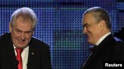 Los candidatos presidenciales, el canciller checo Karel Schwarzenberg (d) y su rival Milos Zeman (i) durante el debate.