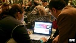Dos jóvenes sirios siguen a través de Internet la evolución de la jornada electoral en Estados Unidos, en un hotel de Damasco, Siria.