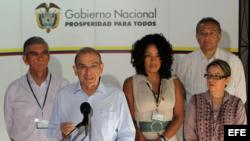 El jefe de la delegación del Gobierno colombiano, el exvicepresidente Humberto de la Calle (2i), lee un comunicado a su llegada hoy, miércoles 20 de agosto de 2014, al Palacio de las Convenciones de La Habana (Cuba), para una nueva jornada de diálogos con las Farc.