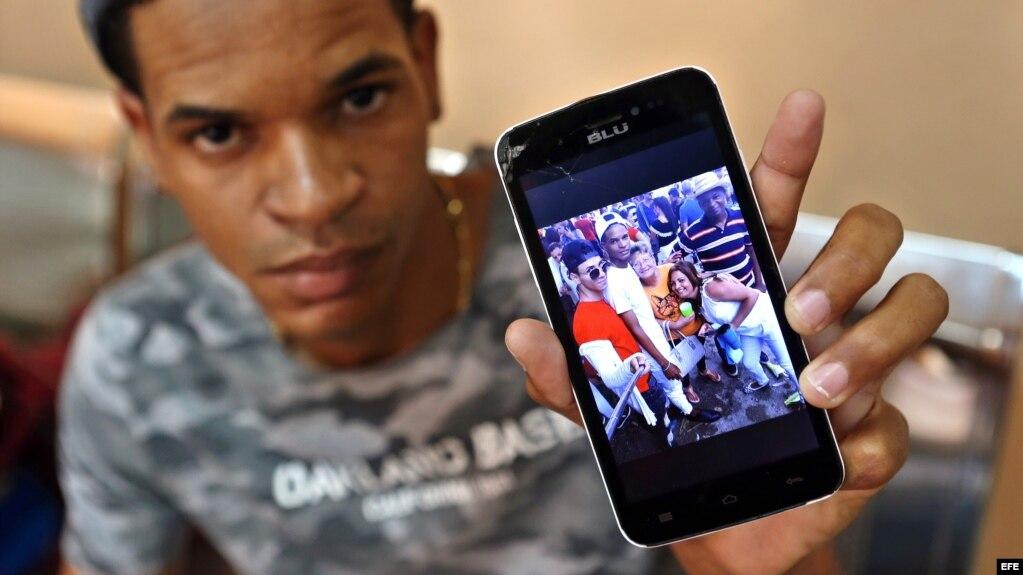 Julio Luis La O muestra una foto de su hermana, Emiley Sánchez, de 39 años, una de las sobrevivientes del desastre aéreo.