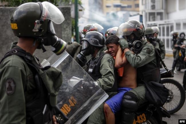 Efectivos de la Guardia Nacional Bolivariana bloquean el paso a una manifestación opositora en Caracas.