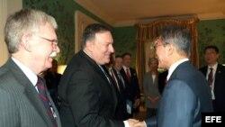 Mike Pompeo y John Bolton conversan presidente surcoreano, Moon Jae-in