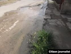 Calle abajo, el agua sucia se desplaza por San Miguel del Padrón.
